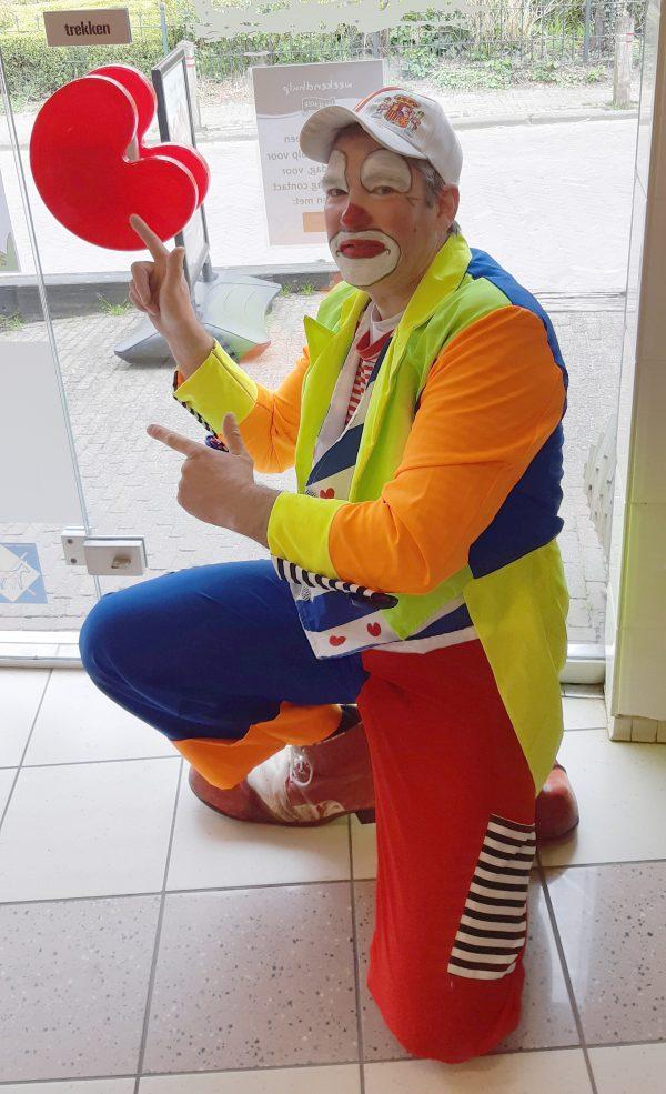 Clown Marco met Friese vlag deurkruk