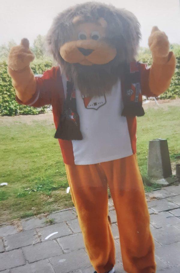 Clown Marco als mascotte van FC Emmen