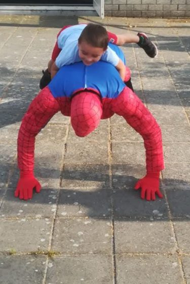 Clown Marco als Spiderman met jongen
