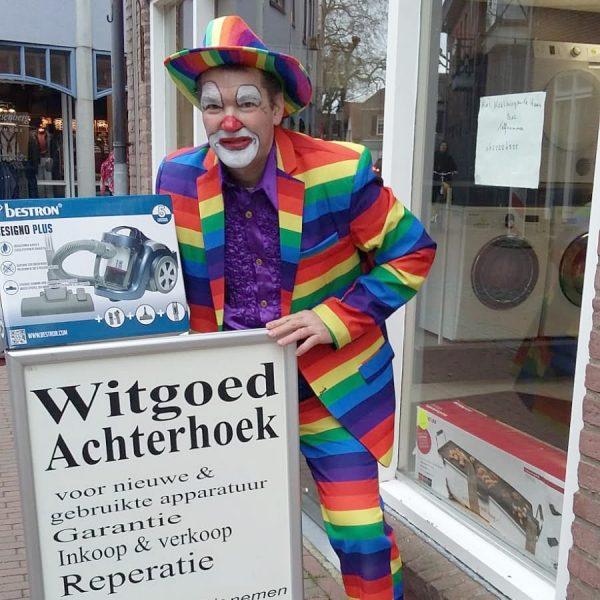 Clown Marco doet een commerciële presentatie
