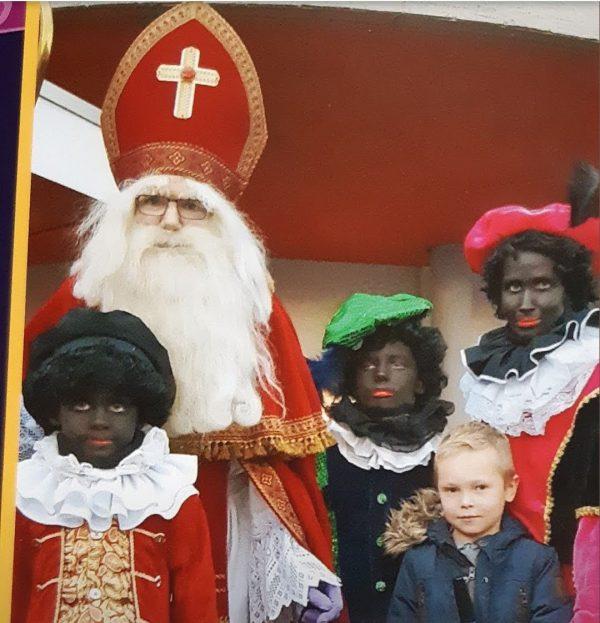 Clown Marco als Sinterklaas in de wijk Bilgaard in Leeuwarden